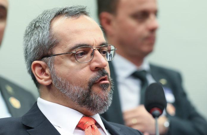 PSOL cobra apreensão do passaporte diplomático de Abraham Weintraub na Justiça